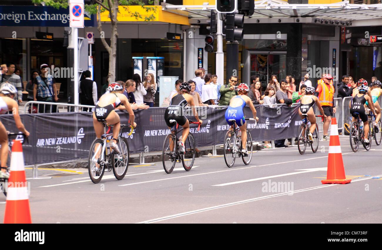 AUCKLAND, Nuova Zelanda - Ott. 20,2012: donne partecipanti nel mondo ITU Triathlon gran finale del ciclo di serie Immagini Stock