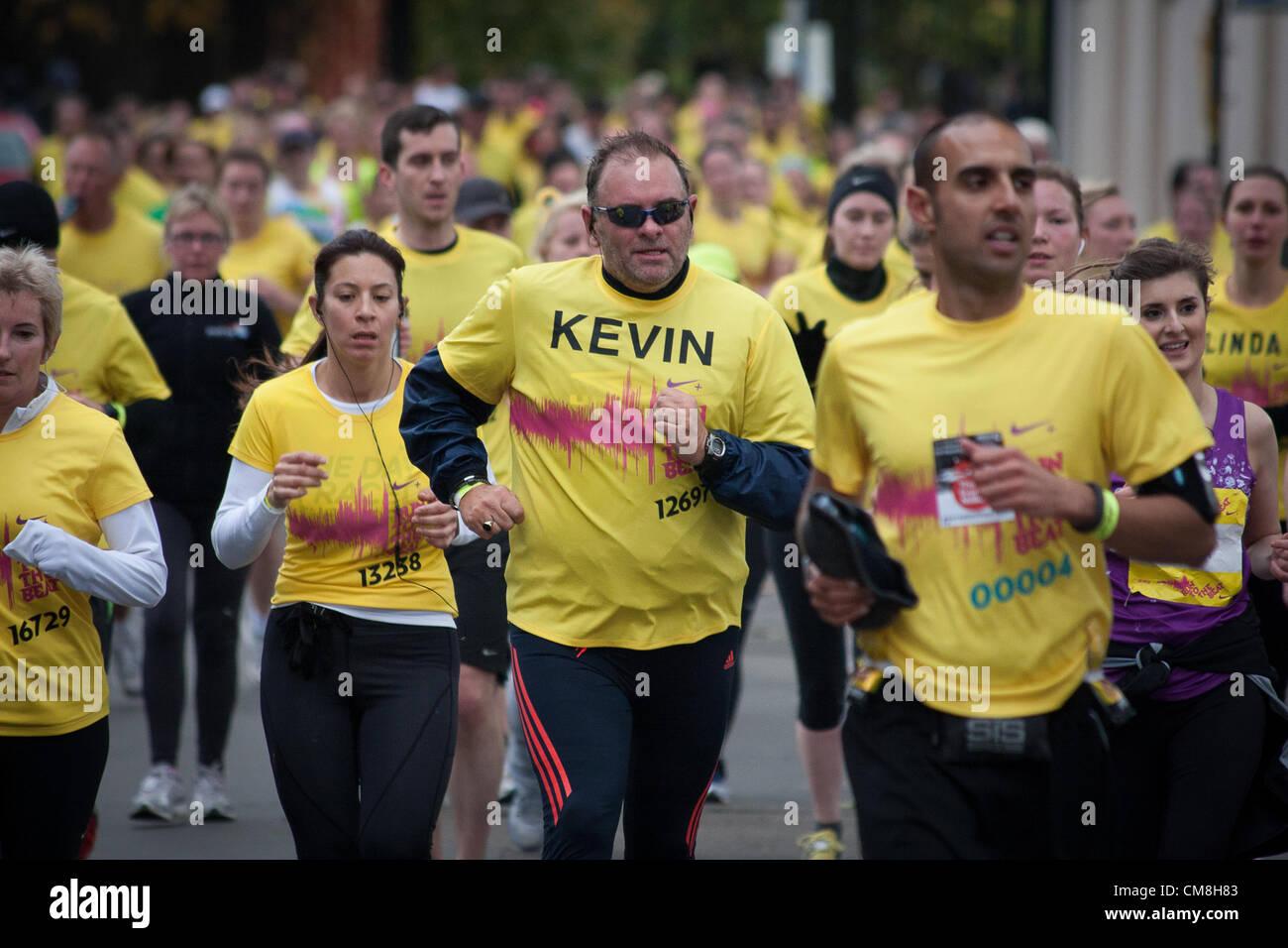 Londra, UK, domenica 28 ottobre 2012. I corridori prendere parte nella corsa al ritmo mezza maratona su Park Row, Immagini Stock