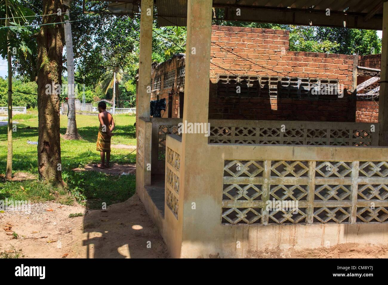 Ottobre 29, 2012 - Mayo, Pattani, Tailandia - un residente si erge al di fuori della sua stanza a Bukit Kong home Immagini Stock
