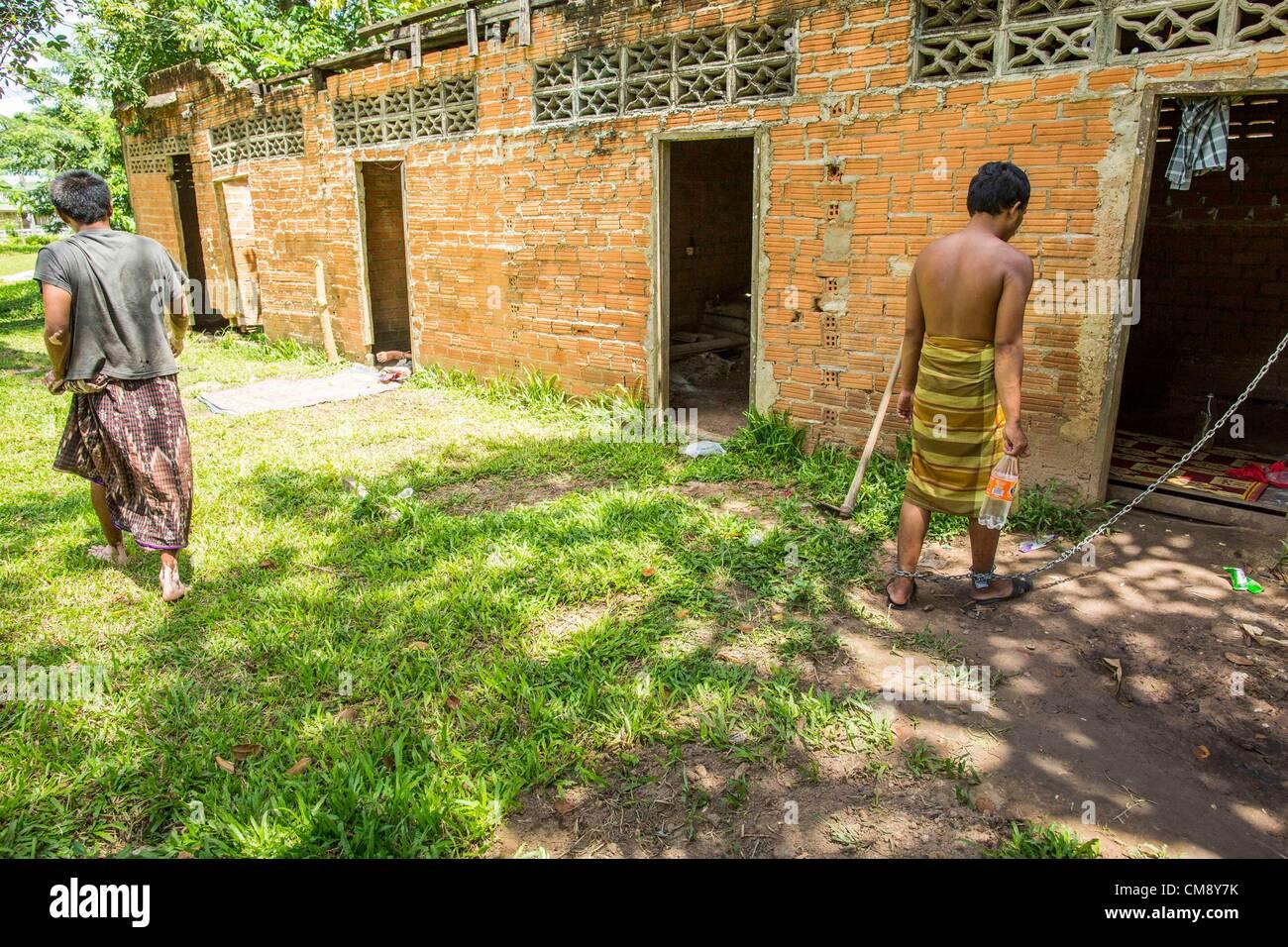 Ottobre 29, 2012 - Mayo, Pattani, Tailandia - un fiduciario passa un residente in manette in Bukit Kong home in Immagini Stock