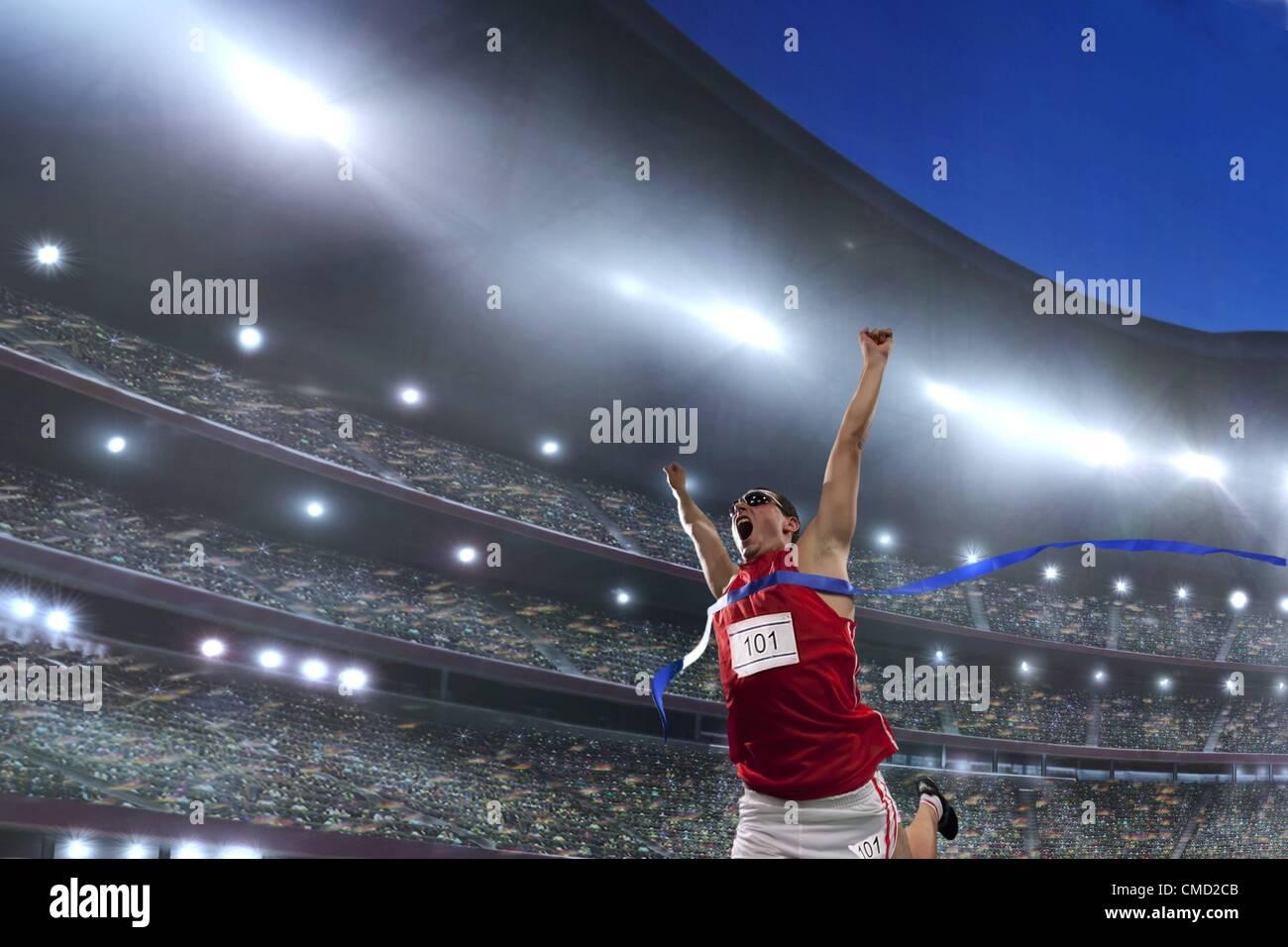 08.11.2011. Modello rilasciato la foto di un atleta maschio per celebrare la sua vittoria in un Athletics Stadium Immagini Stock