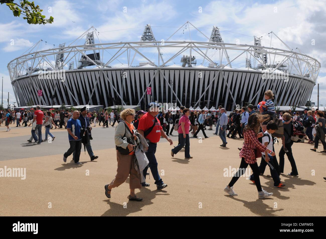 La folla sul modo di vedere gli eventi olimpici, a piedi dalla Athletics Stadium nel 2012 Olympic Park, Londra venerdì Immagini Stock