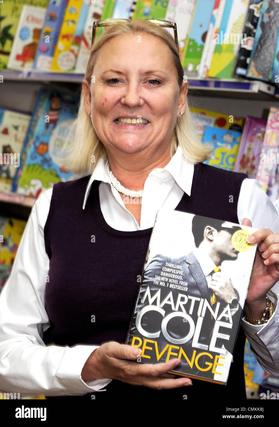 """Sunderland, Regno Unito. 2° Nov, 2013. Martina Cole a firma del suo nuovo romanzo """"vendetta"""" a WH Immagini Stock"""