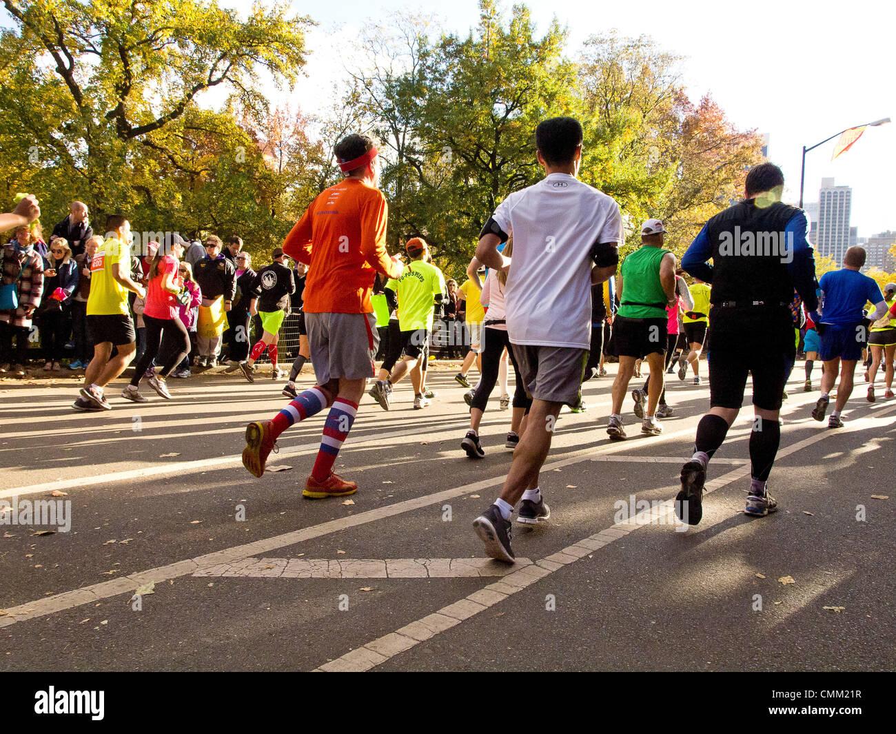 New York, Stati Uniti d'America. Il 3 novembre 2013. Maratona di New York 2013. Corridori della maratona © Immagini Stock