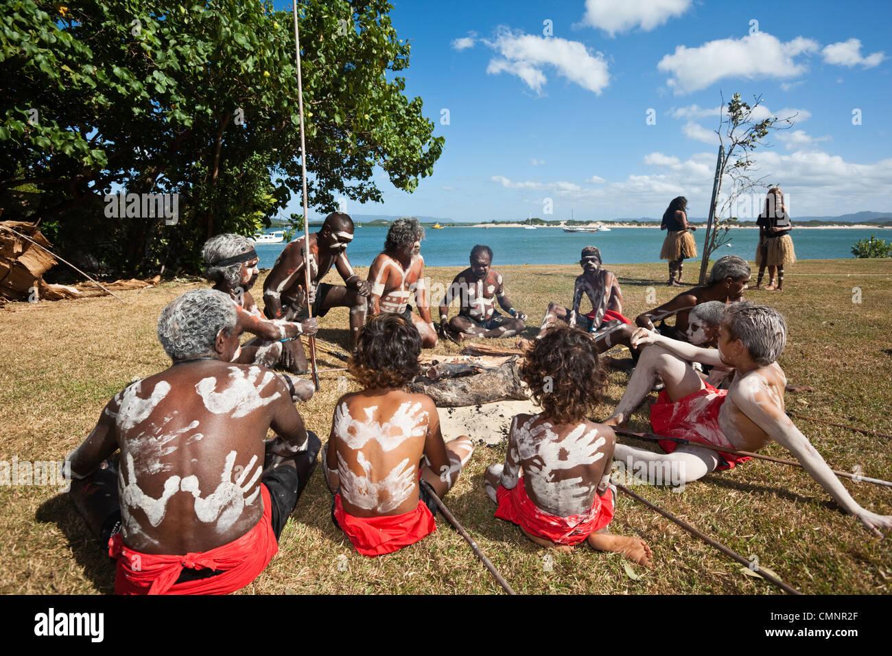Guugu Yimithirr tribù indigene durante la rievocazione del Capitano Cook's Landing. Cooktown, Queensland, Immagini Stock