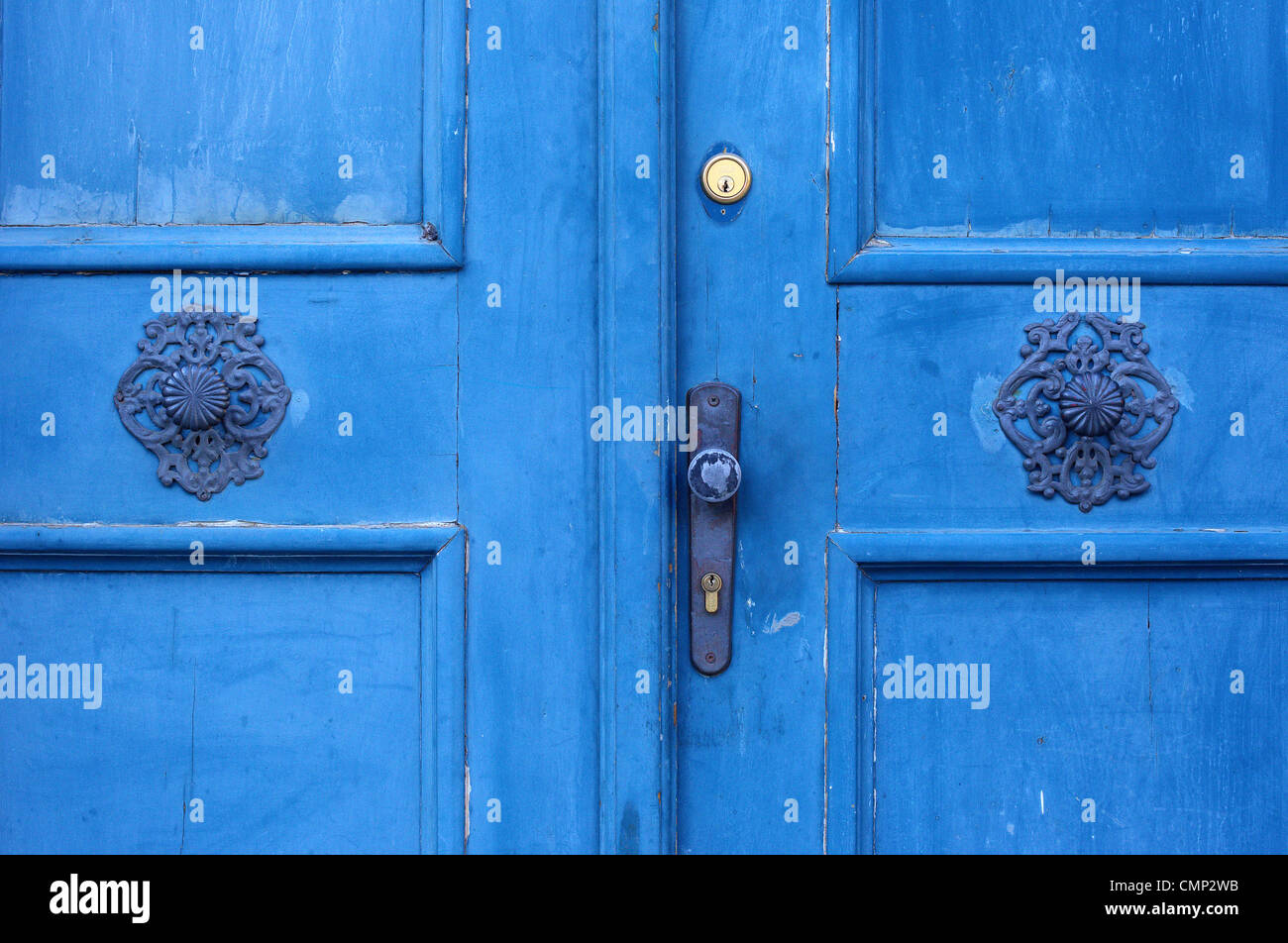 Vecchio Blu porta con maniglie ornamentali e bloccare Immagini Stock