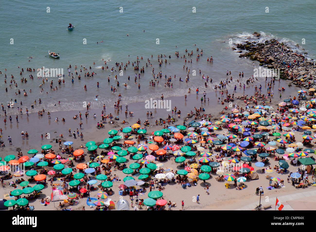 Lima Peru Barranco District Malecon Circuito de playas playa los Yuyos costa dell'Oceano Pacifico vista aerea Immagini Stock