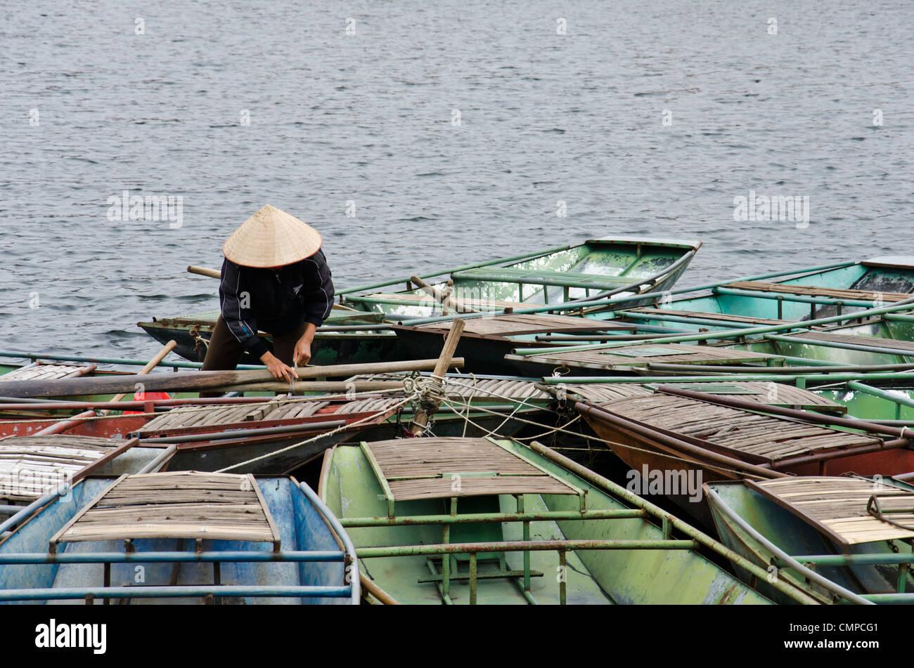 Barche a remi a Tam Quoc con vogatore partecipare alla barca Immagini Stock