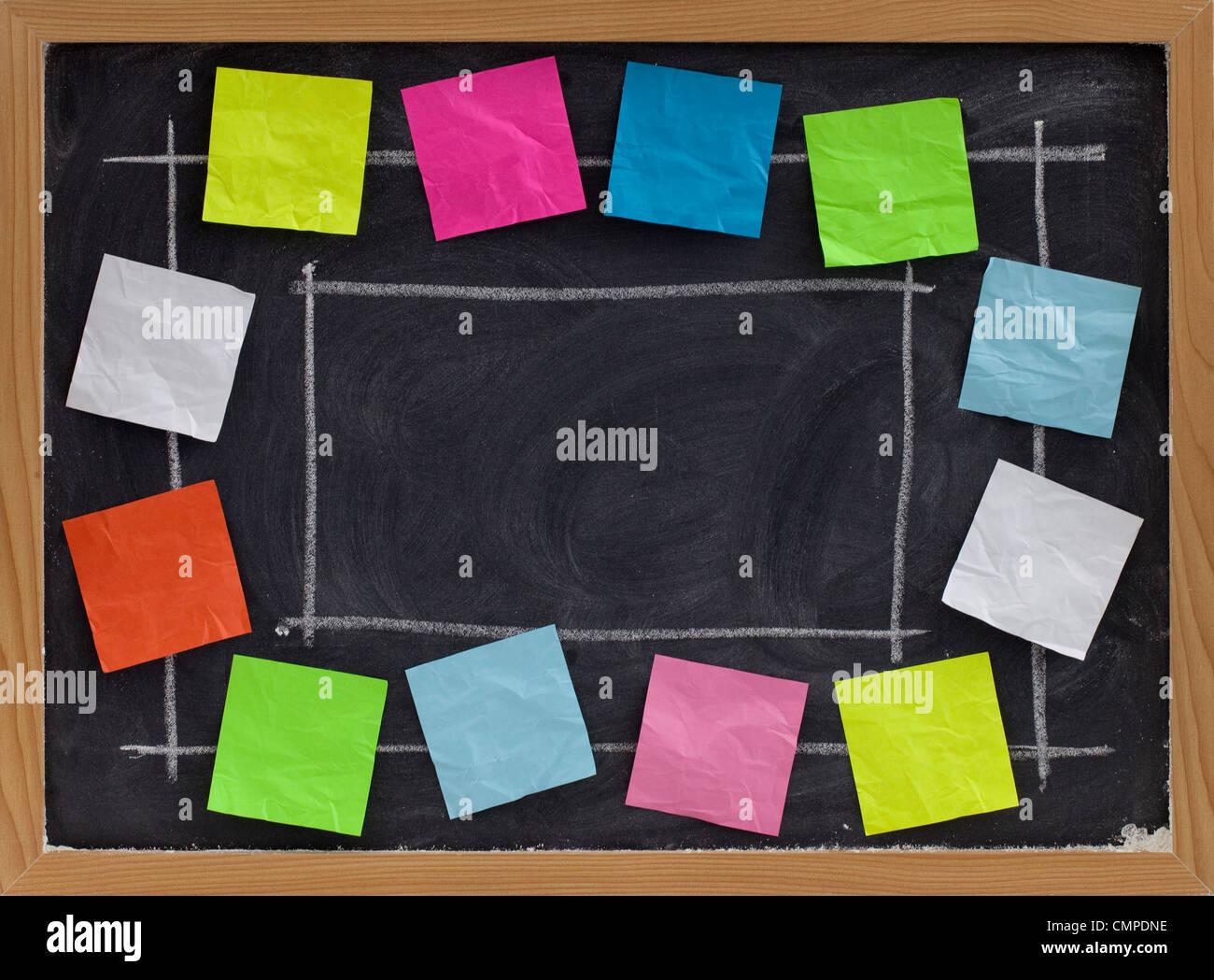 Copia spazio sulla lavagna con gesso bianco texture Circondato da colorati blank sticky notes Immagini Stock