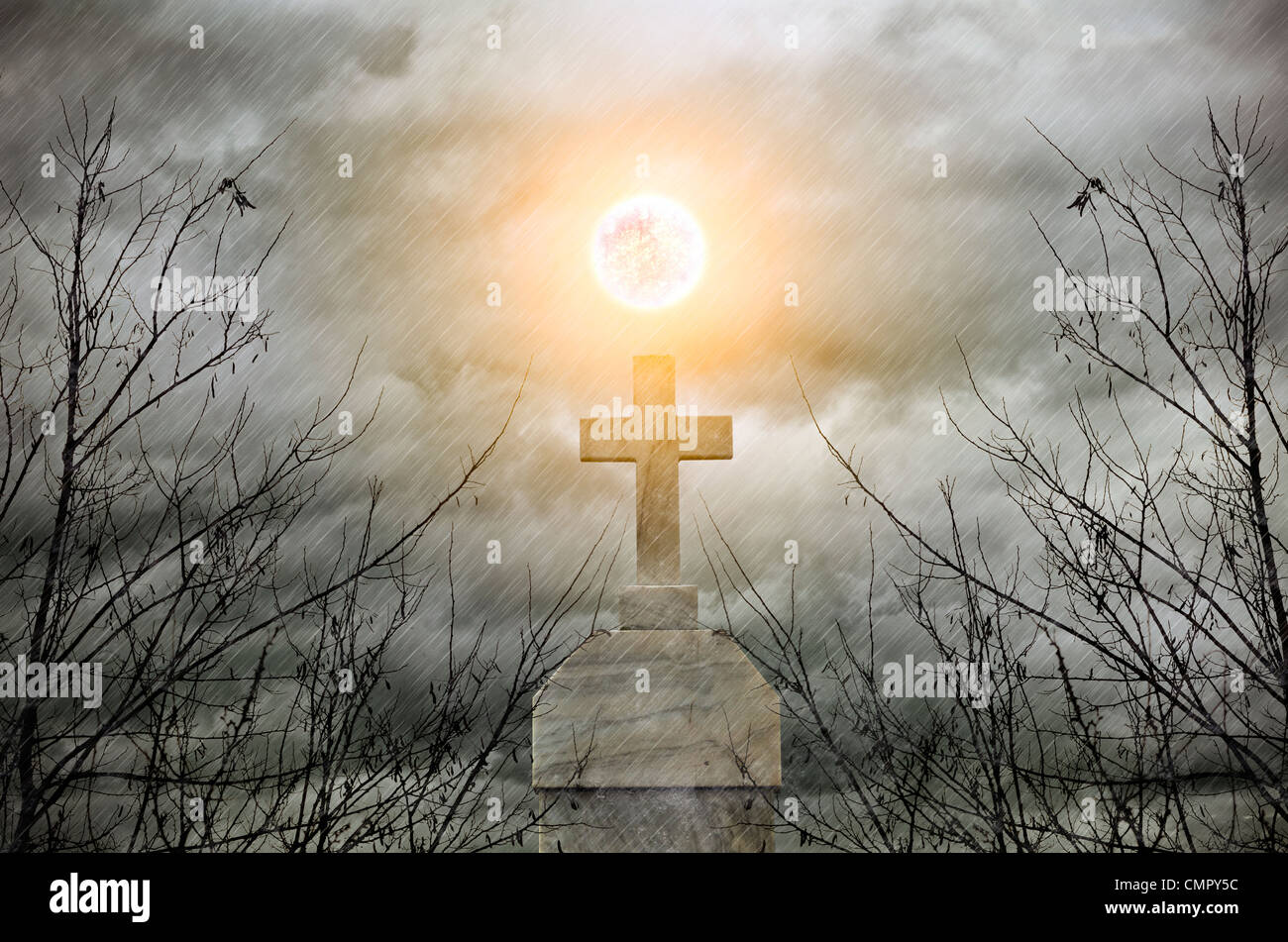 Concetto con una croce e outdoor moonlihgt Immagini Stock