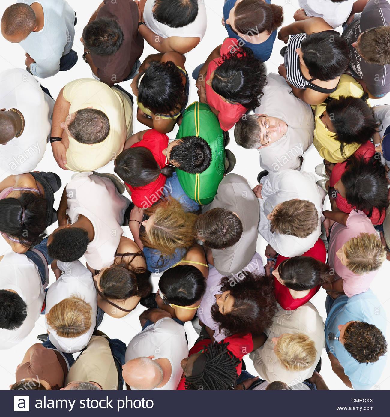 Uomo che guarda verso l'alto da una folla Immagini Stock