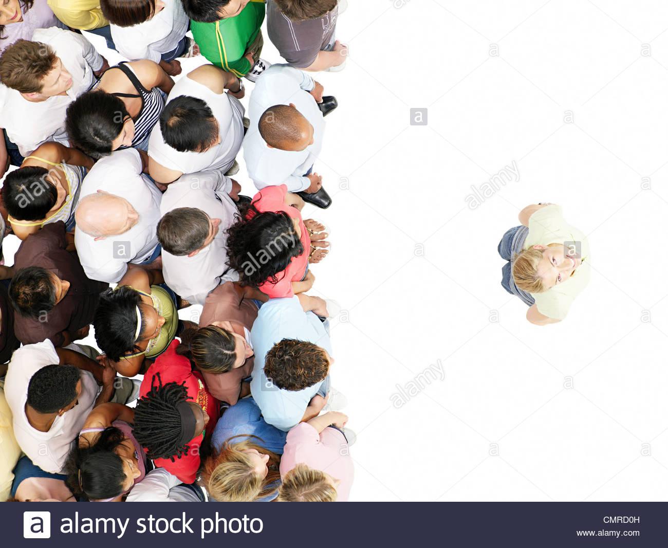 Donna che guarda verso l'alto dalla folla Immagini Stock