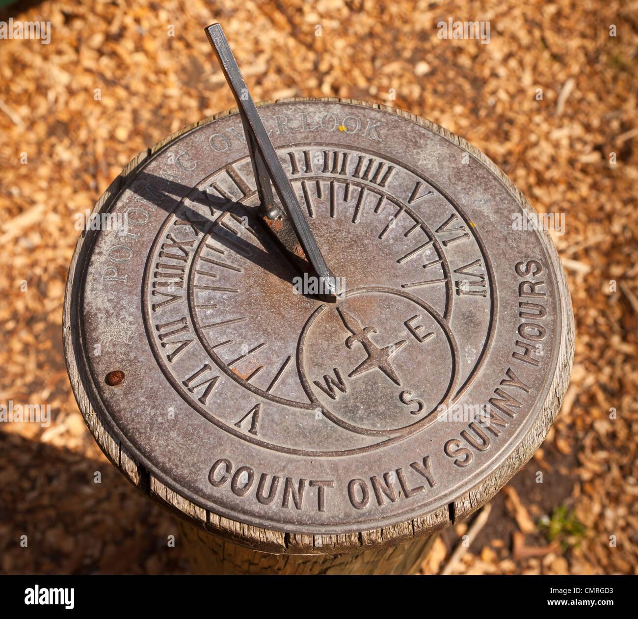 Arlington, Virginia, Stati Uniti d'America - meridiana orizzontale in potomac si affacciano sul parco regionale. Immagini Stock