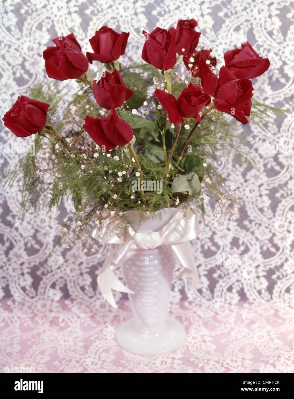 Anni sessanta anni settanta ancora vita bouquet di rose rosse bimbo di respiro nel vaso BIANCO SU BIANCO LACE Immagini Stock