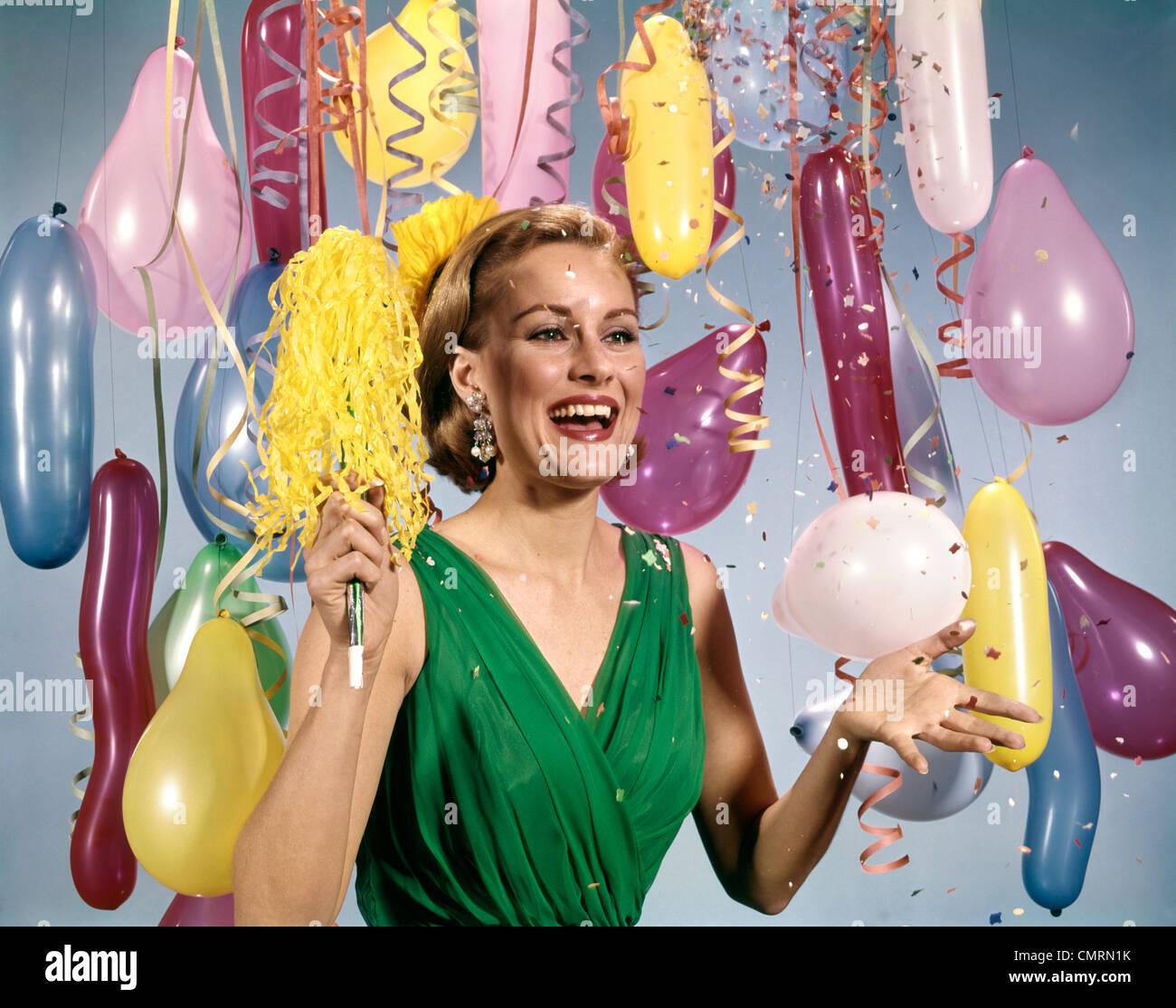 1960 anni sessanta partito retrò NUOVO ANNO palloncini donna abito STREAMERS FELICE Immagini Stock