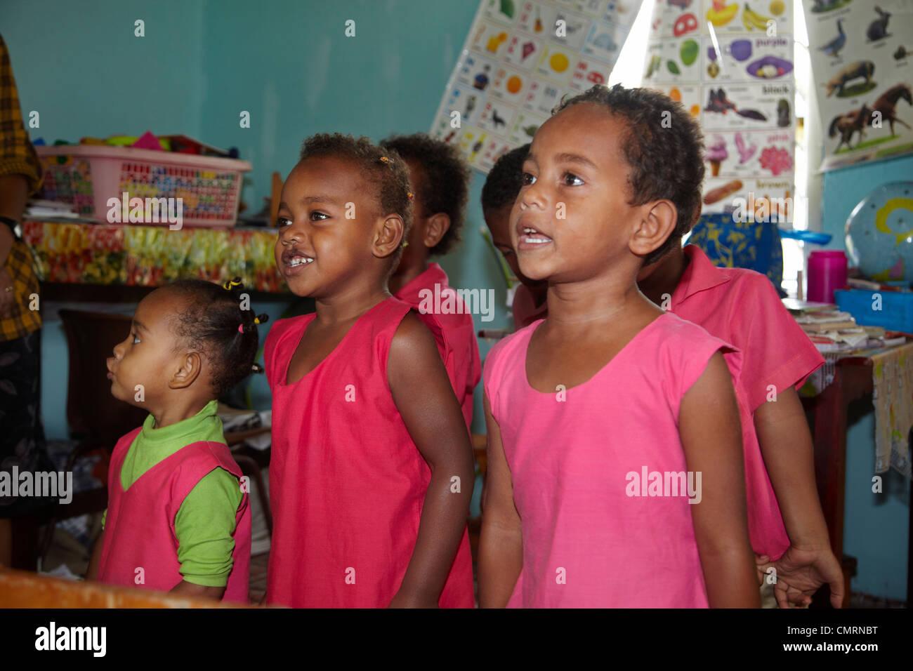 Classe di bambini in età prescolare, Namaqumaqua village, il litorale di corallo, Viti Levu, Figi e Sud Pacifico Immagini Stock