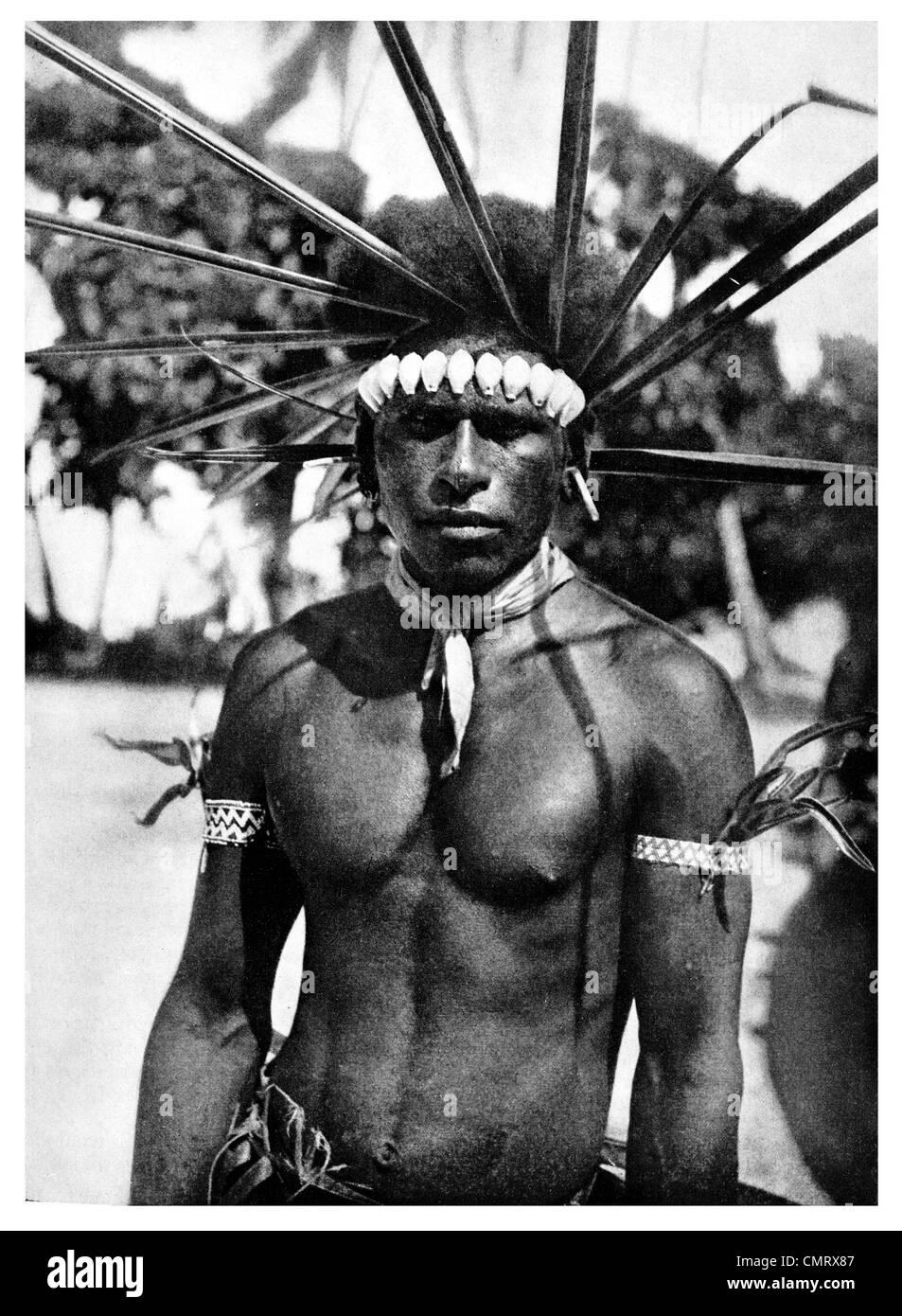 1919 South Pacific uomo costume tradizionale Isola di Tahuara Immagini Stock