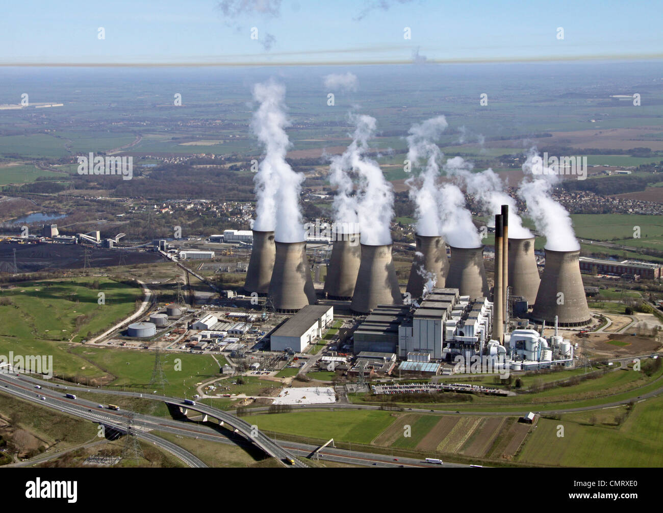 Vista aerea di Eggborough Power Station e un colore marrone dello strato di inversione dell'inquinamento Immagini Stock