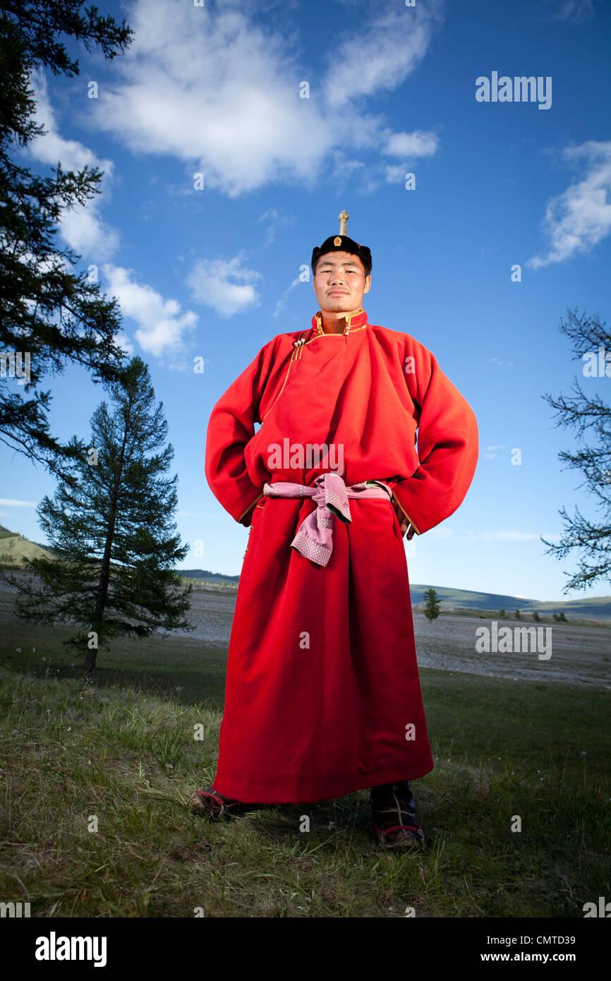 Ritratto di wrestler mongolo sulla tradizionale panno rosso, Mongolia Immagini Stock
