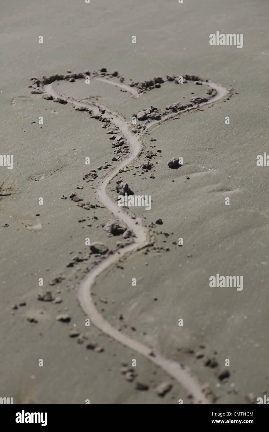 Angolo di alta vista della forma di cuore sulla sabbia Immagini Stock