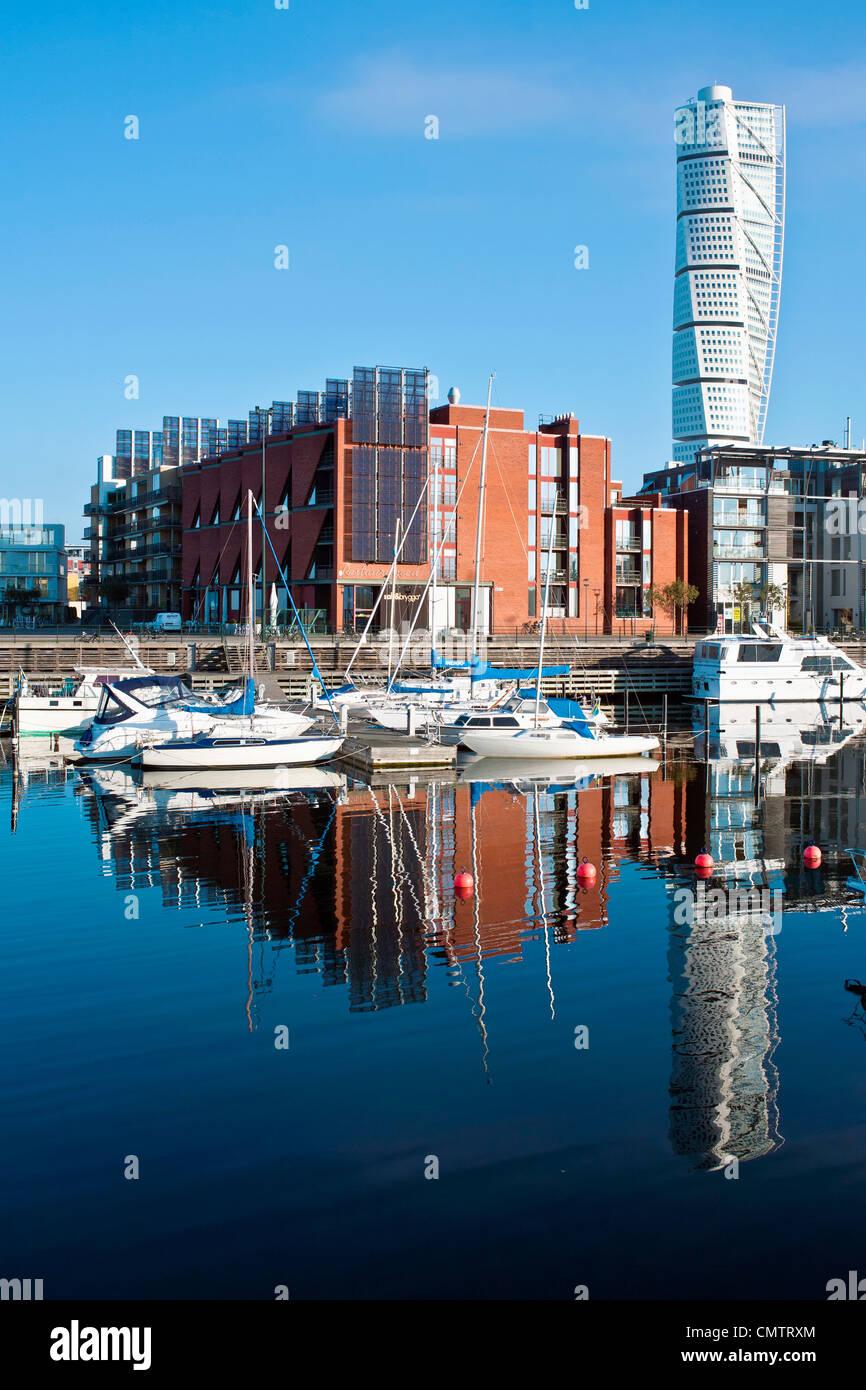 Barche ormeggiate ed edifici contro il cielo chiaro Immagini Stock