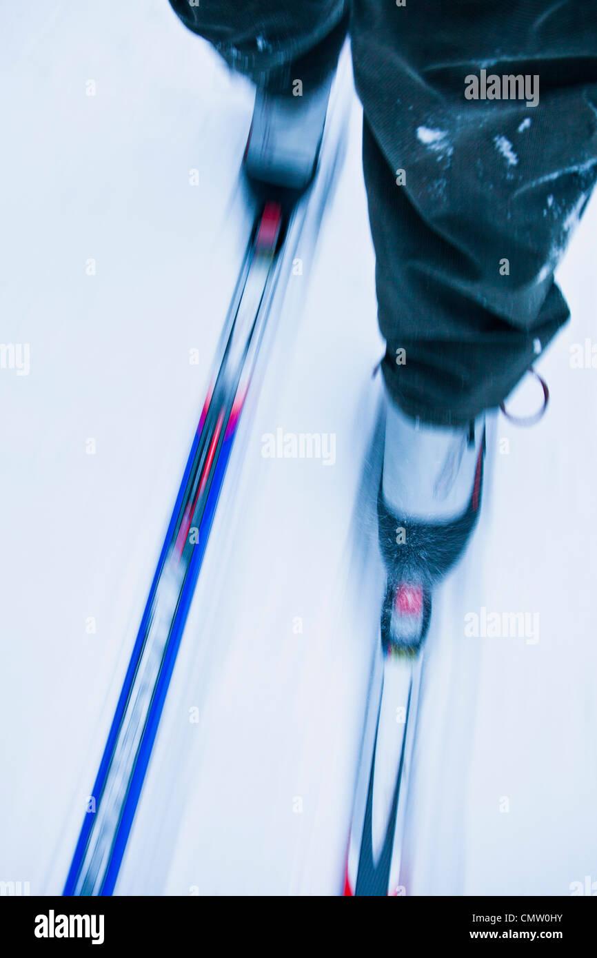 Sezione bassa di una persona lo sci di fondo Immagini Stock