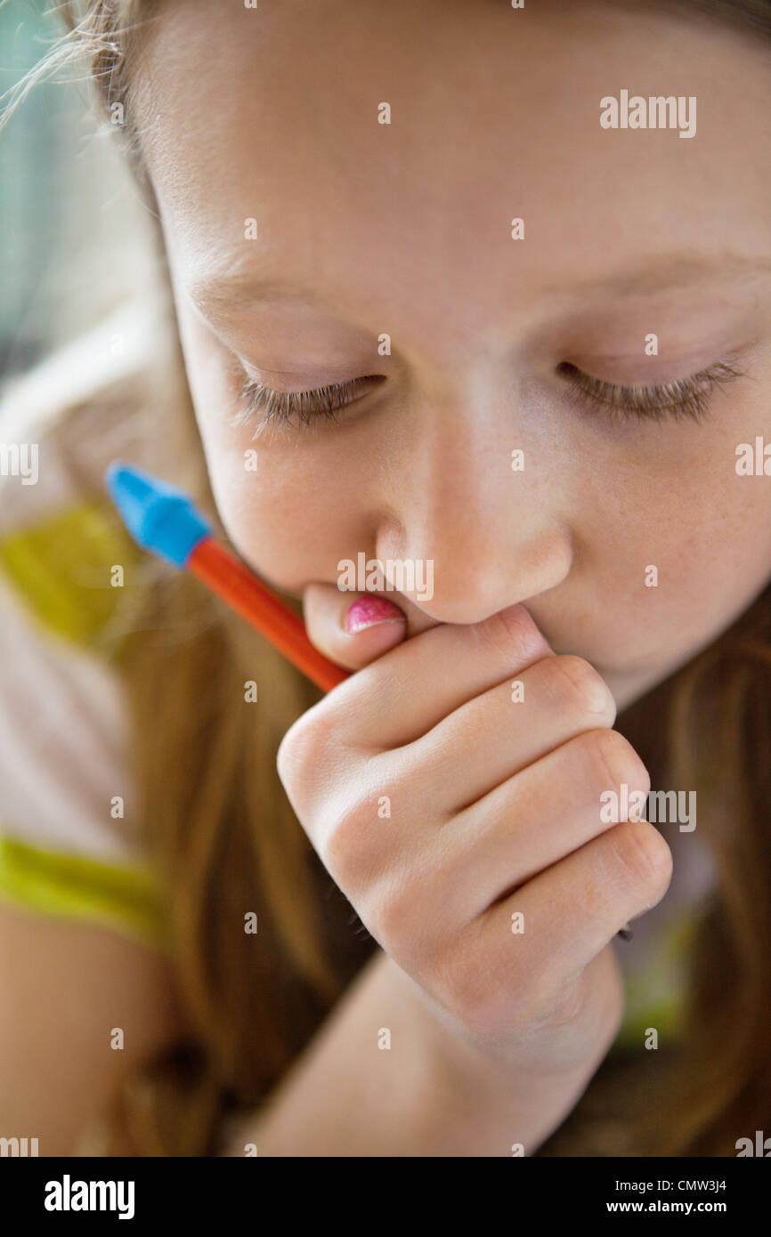 Ragazza concentrandosi sui suoi compiti Immagini Stock