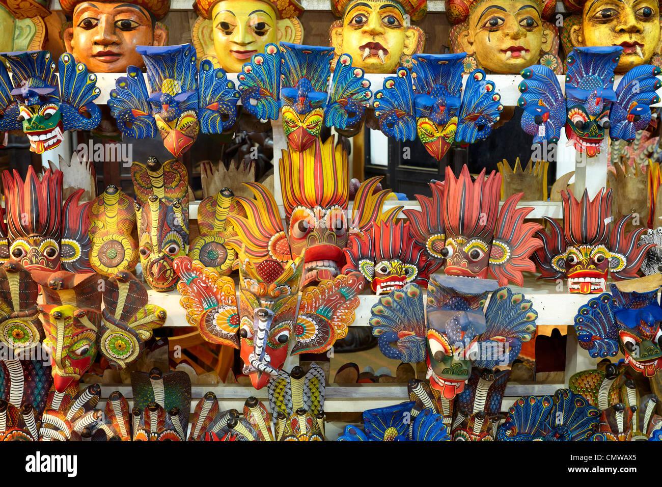 Sri Lanka - tradizionale scultura in legno, negozio con la pittura tradizionale maschera Immagini Stock