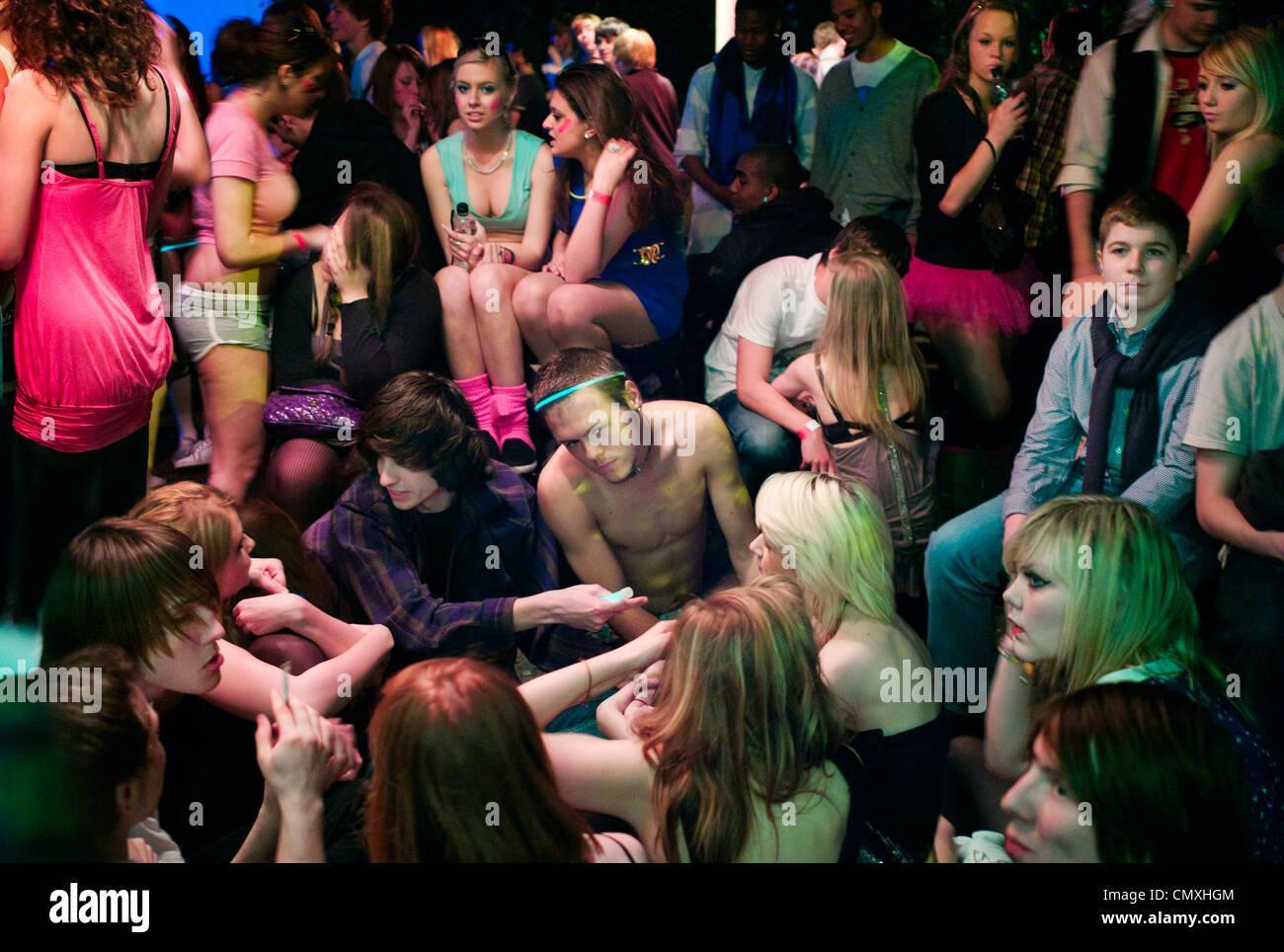 Gli adolescenti in Newquay, Cornwall partying. Immagini Stock