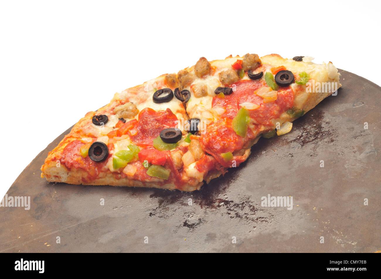 Pizza calda con formaggio salsiccia per pizza, salsiccia, rosso e il peperone verde, la cipolla e le olive nere Foto Stock