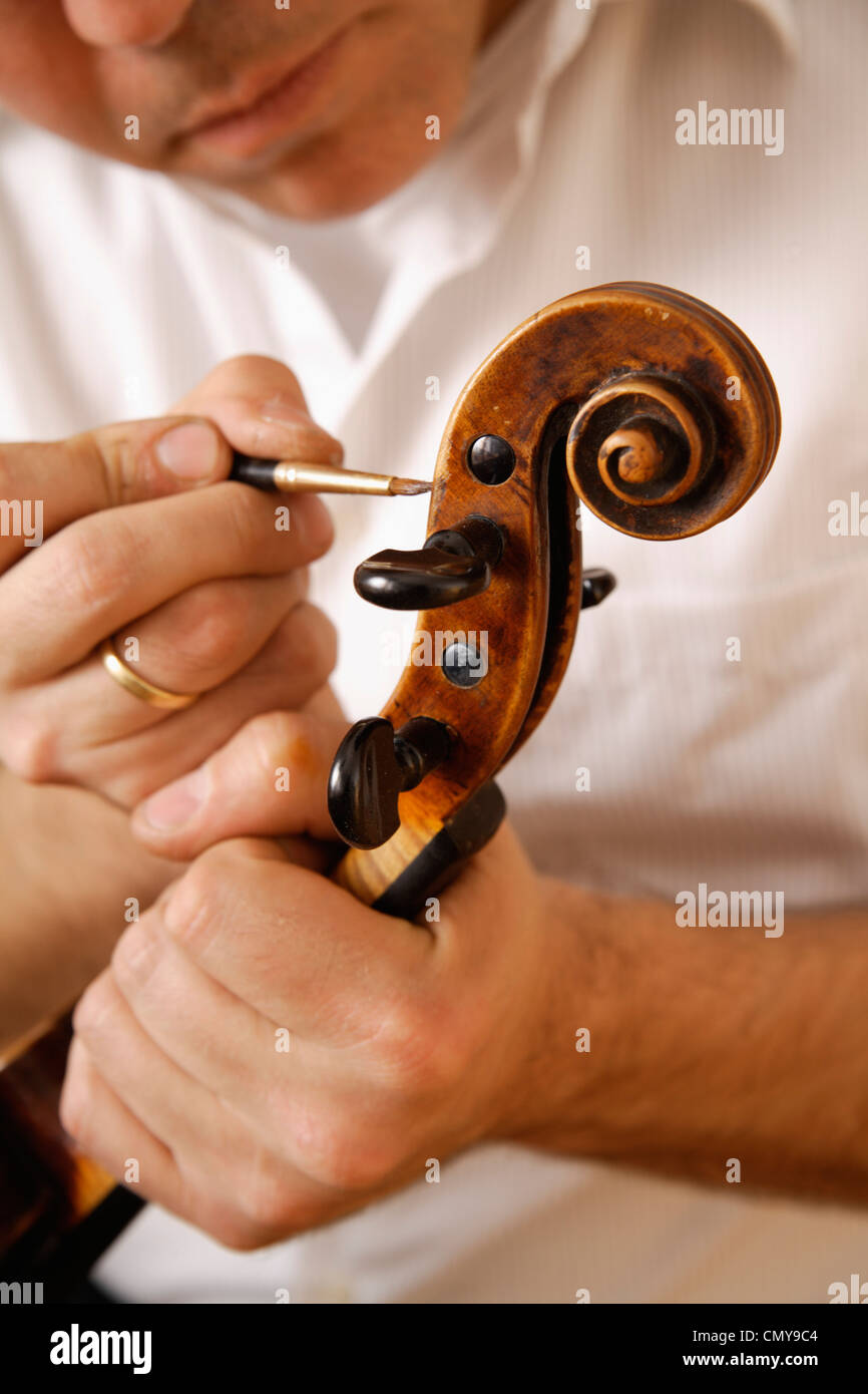 In Germania, in Baviera, Schaeftlarn, liutaio rendendo violino, close up Immagini Stock