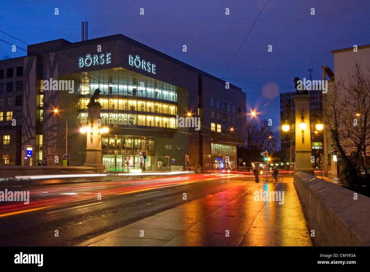 Stock Exchange al crepuscolo all'aperto, Zurigo, Svizzera Immagini Stock