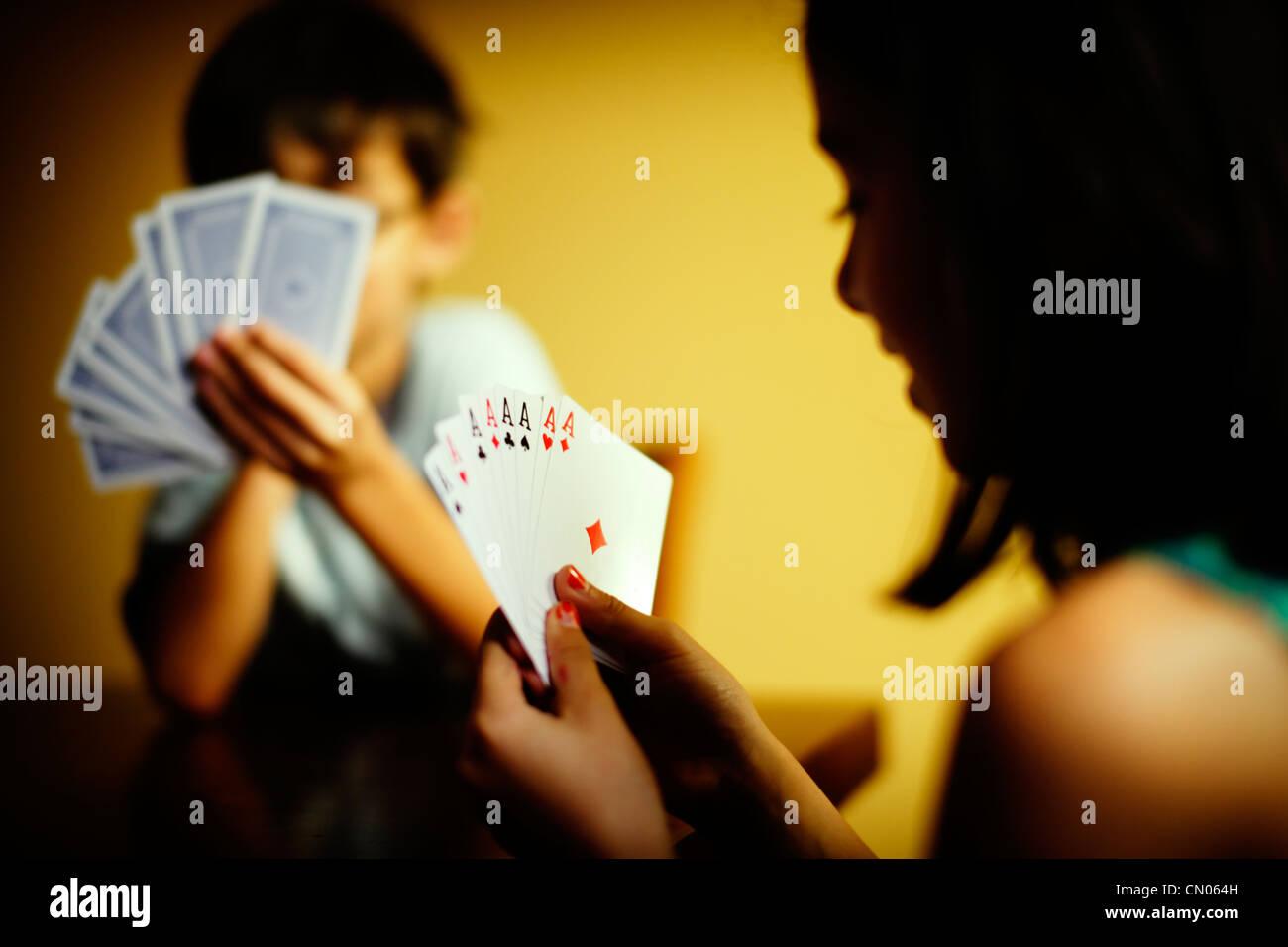 Otto Aces: bambini giocare con il gioco di carte. Immagini Stock