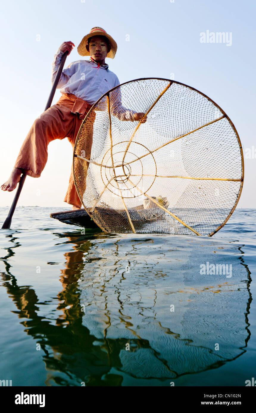 Bambù tradizionale pescatore, Lago Inle, Myanmar Immagini Stock