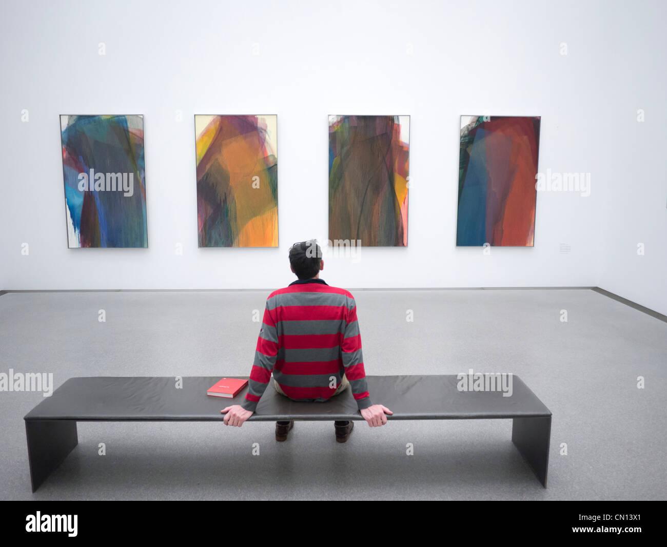 Uomo che guarda la pittura Ohne Titel (geologico),1996 a Pinakothek Moderne Art Museum di Monaco di Baviera Germania Immagini Stock