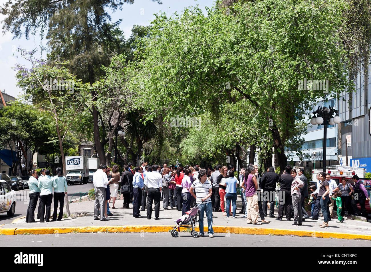 Persone si affollano il parcheggio centrale mediana di Alvaro Obregon dopo la chiusura degli edifici seguenti tremore Immagini Stock