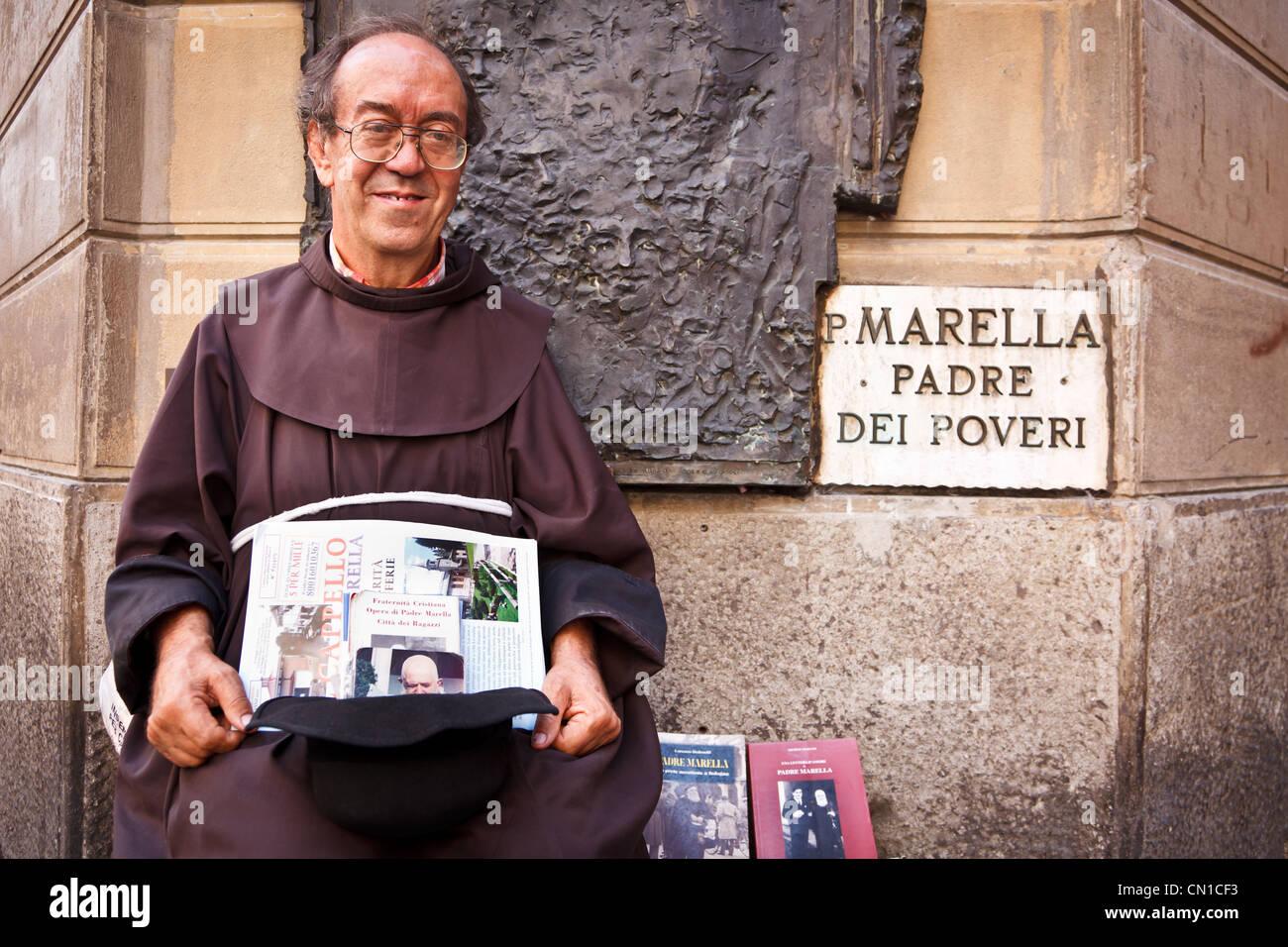Un uomo vestito come un monaco di onorare il santo italiano Padre Pio, Bologna Immagini Stock