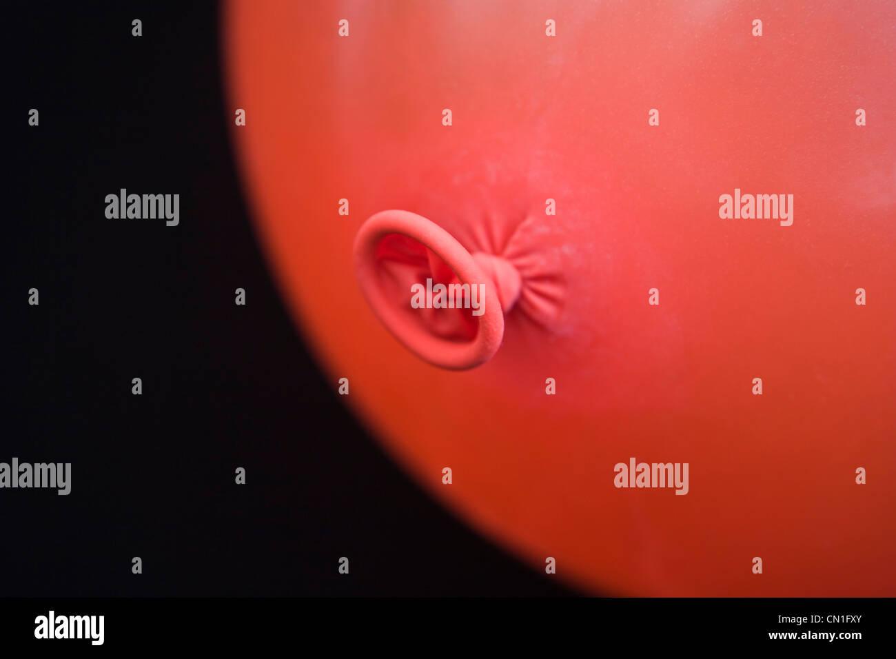 Legato estremità del palloncino rosso Foto Stock