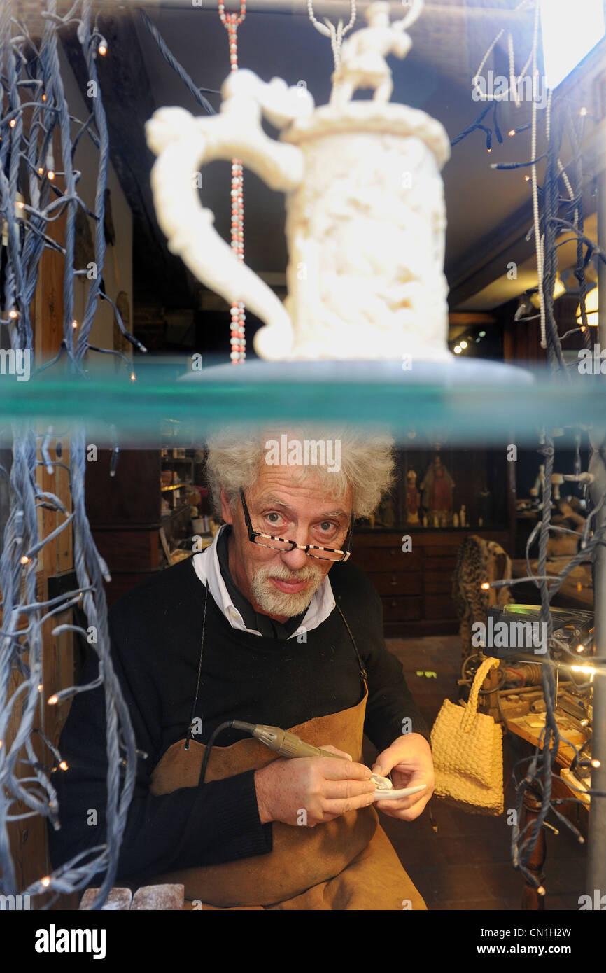 Francia, Seine Maritime, Dieppe, avorio scultore Philippe Ragault nel suo laboratorio Immagini Stock