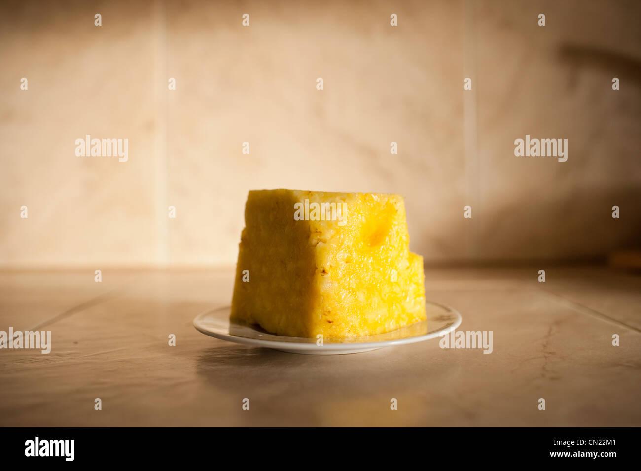 Fette di ananas fresco su piastra Immagini Stock