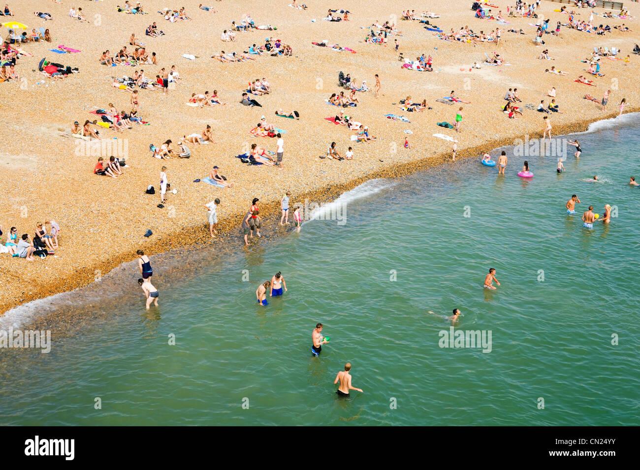 La gente sulla spiaggia affollata, Brighton, Inghilterra Immagini Stock