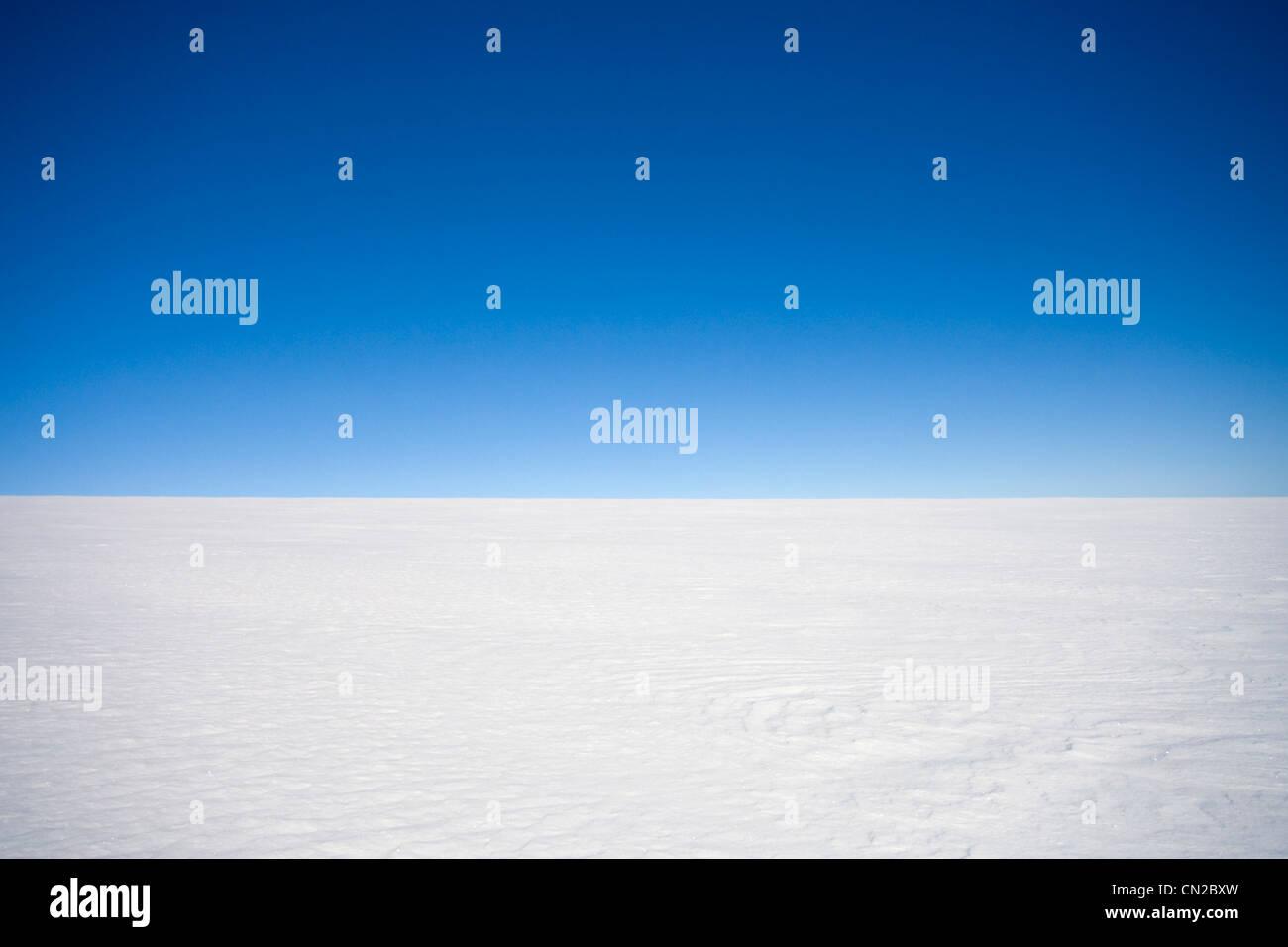 Svuotare entroterra paesaggio artico con un orizzonte chiaro su icecap, Groenlandia Immagini Stock