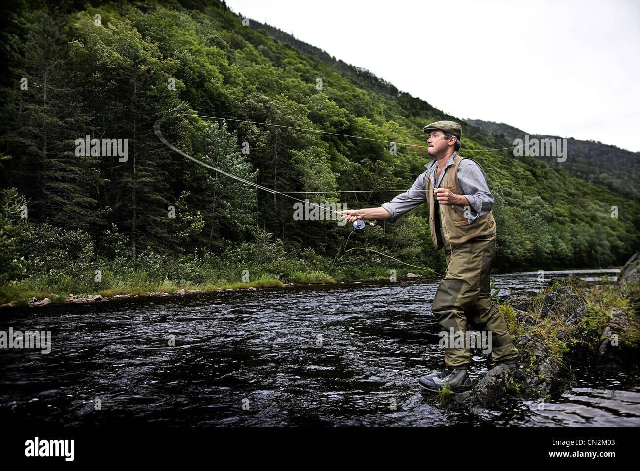 Pescatore a mosca nel fiume Margaree, Cape Breton Island, Nova Scotia Immagini Stock