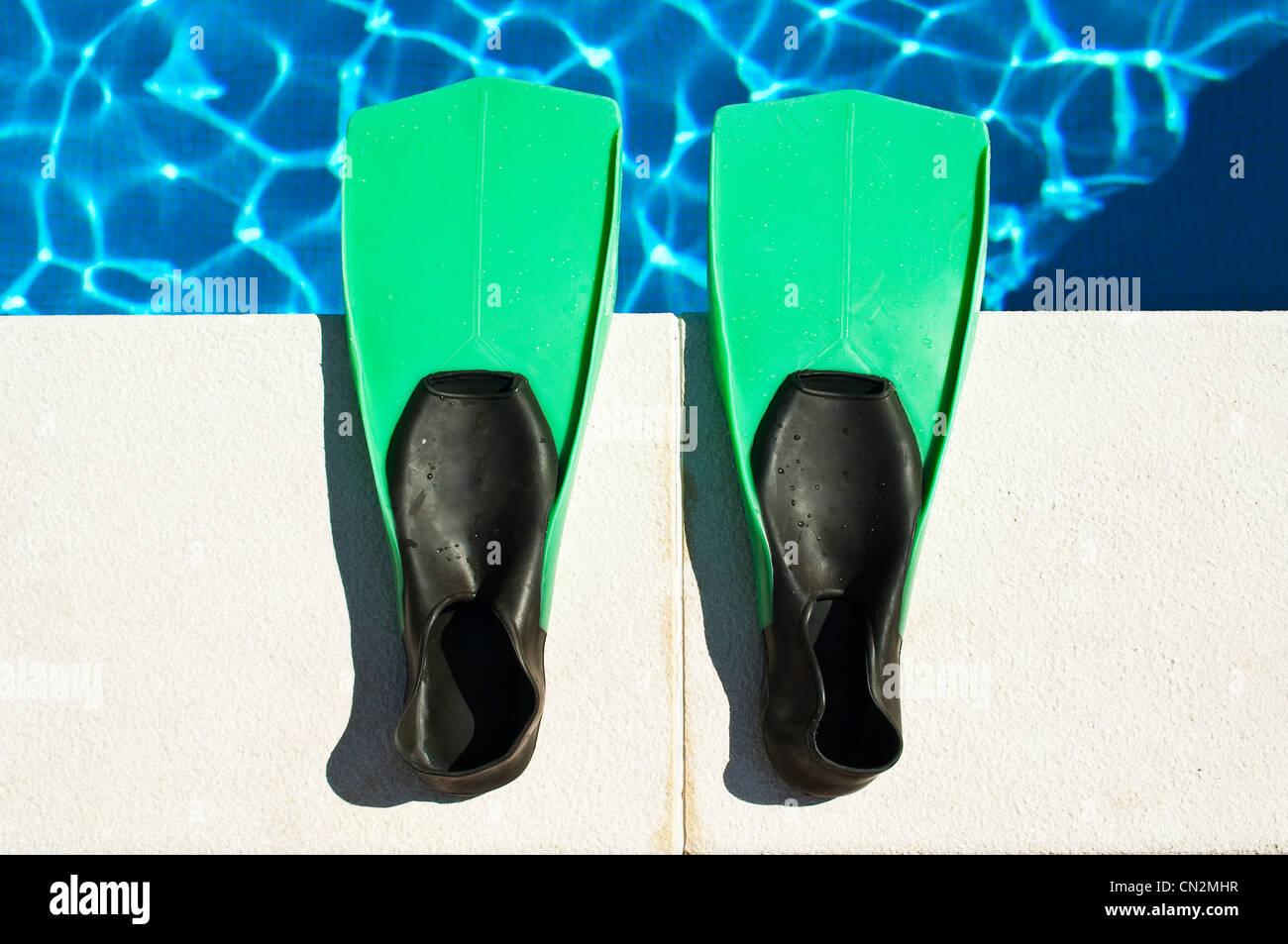 Coppia di pinne da nuoto presso la piscina Immagini Stock