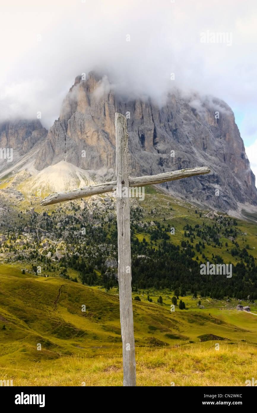 Croce di legno, il Passo Sella, Dolomiti, Alto Adige, Italia Immagini Stock