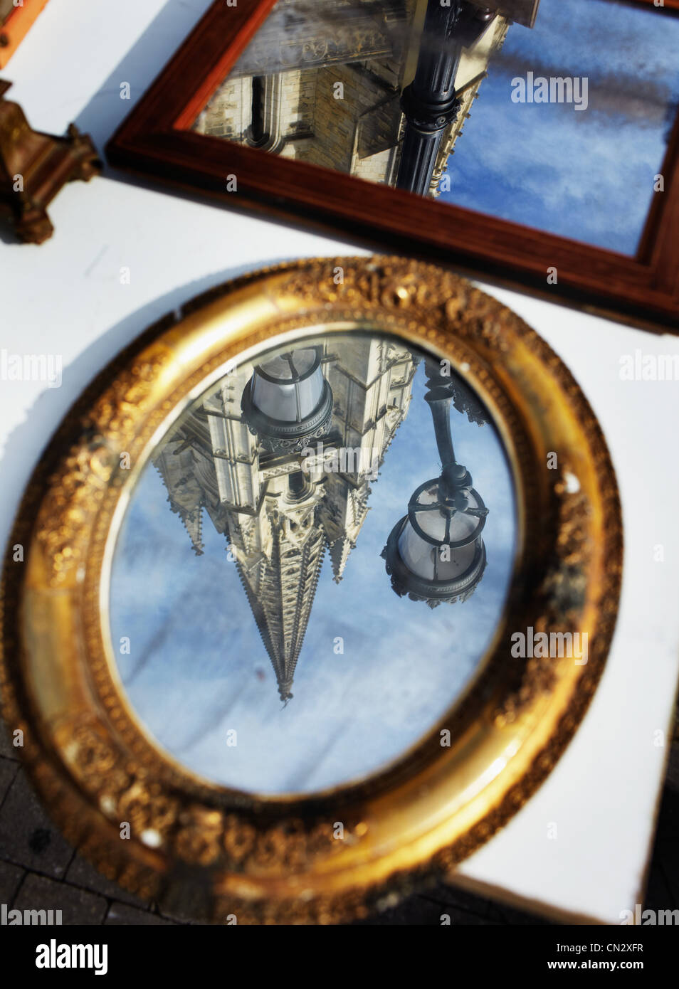 Gli edifici si riflette nello specchio Immagini Stock