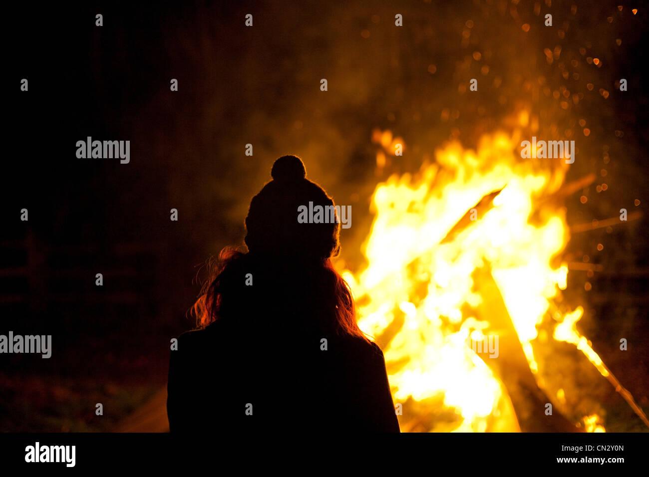 Donna sulla notte dei falò Immagini Stock