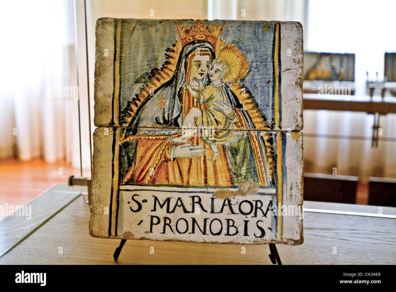 Italia Abruzzo Provincia di Teramo Castelli Museo Ceramica piastrella raffigurante la Madonna con bambino Immagini Stock
