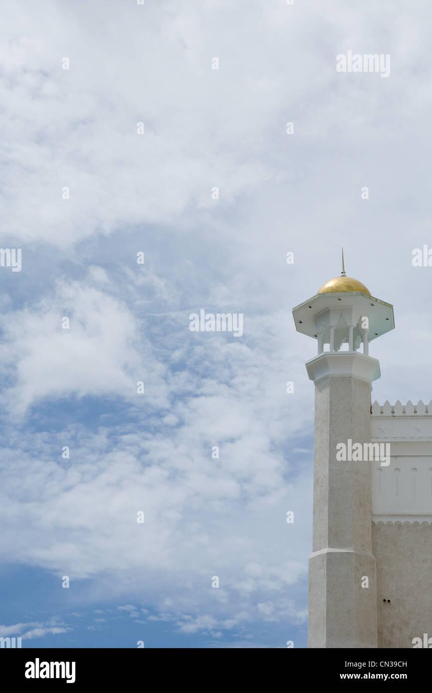 Dettaglio del sultano Omar Ali Saifuddin Moschea e cielo nuvoloso, Bandar Seri Bagawan, Brunei Immagini Stock