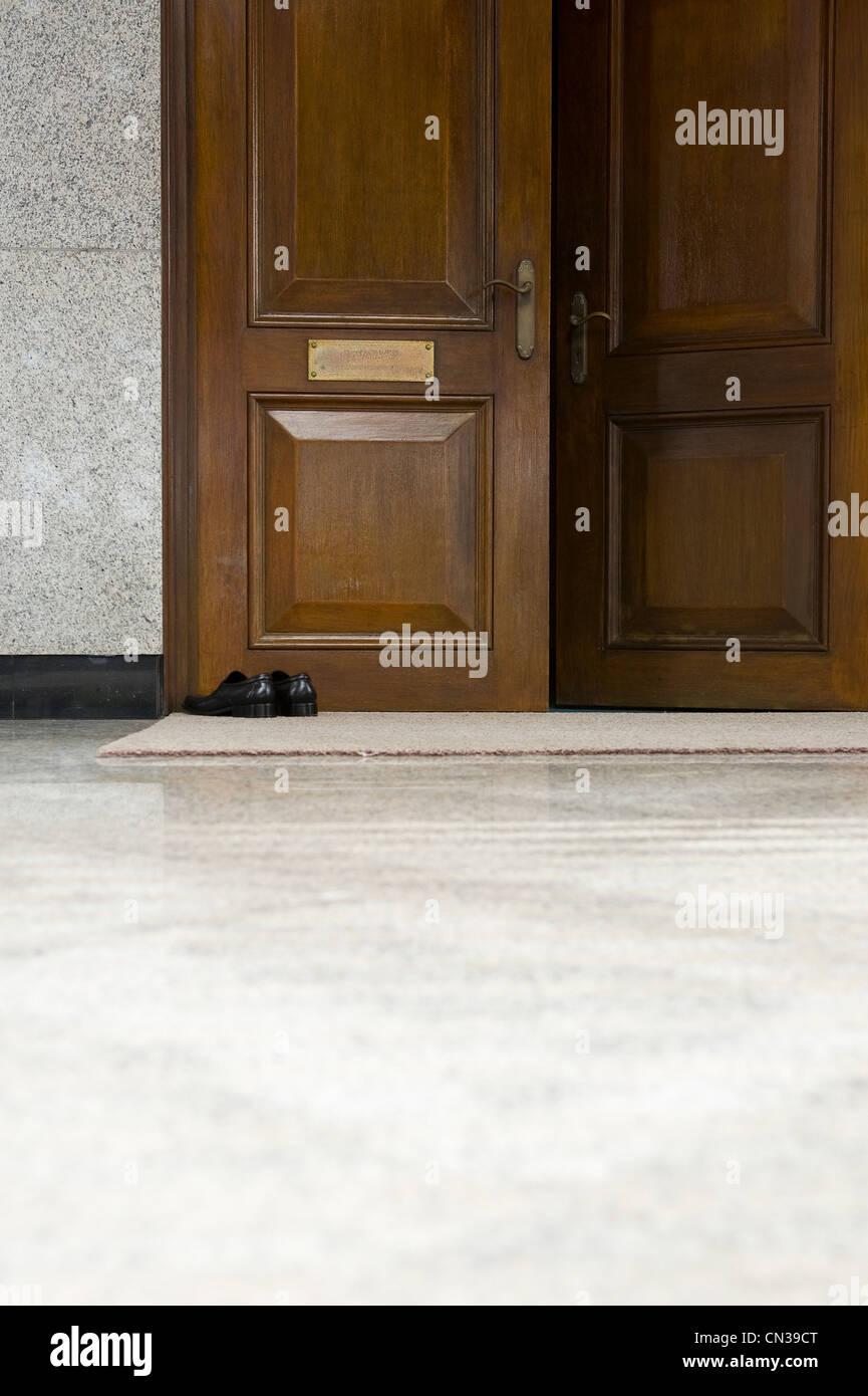 Scarpe fuori della porta di Jame' asr Hassanal Bolkiah moschea, Bandar Seri Bagawan, Brunei Immagini Stock